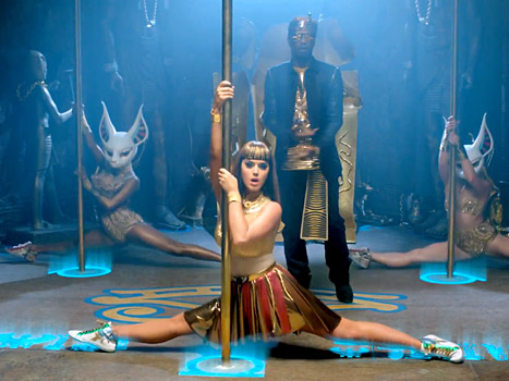 """Katy Perry does a split on a pole while Juicy J raps in the """"Dark Horse"""" music video."""
