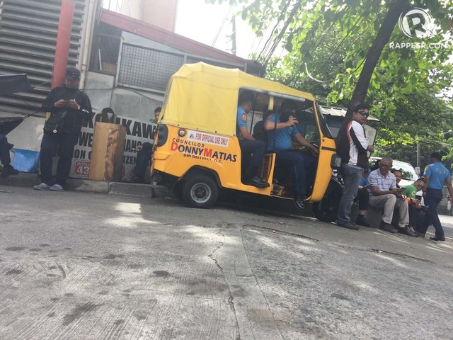 KEEPING WATCH. Police wait outside 36 Tandang Sora. Rappler photo