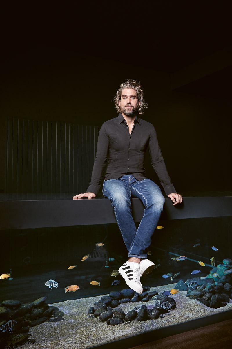 Nils Glagau legt in seinem Unternehmen Wert auf ästhetische und individuelle Räumlichkeiten. So ziert die Küche eines Standorts in Langenfeld ein großes Aquarium.