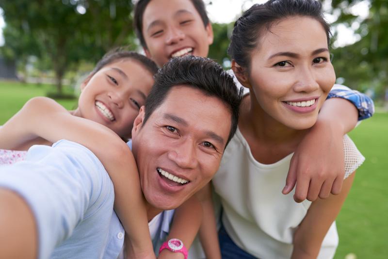 vacek_happyfamily_bigsmiles.jpg
