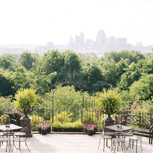 Wiedemann Hill Mansion @whillmansion is a beautiful venue with a gorgeous view of Cincinnati! 📷 @brittanybaysphotography  Swipe through these photos to have a look