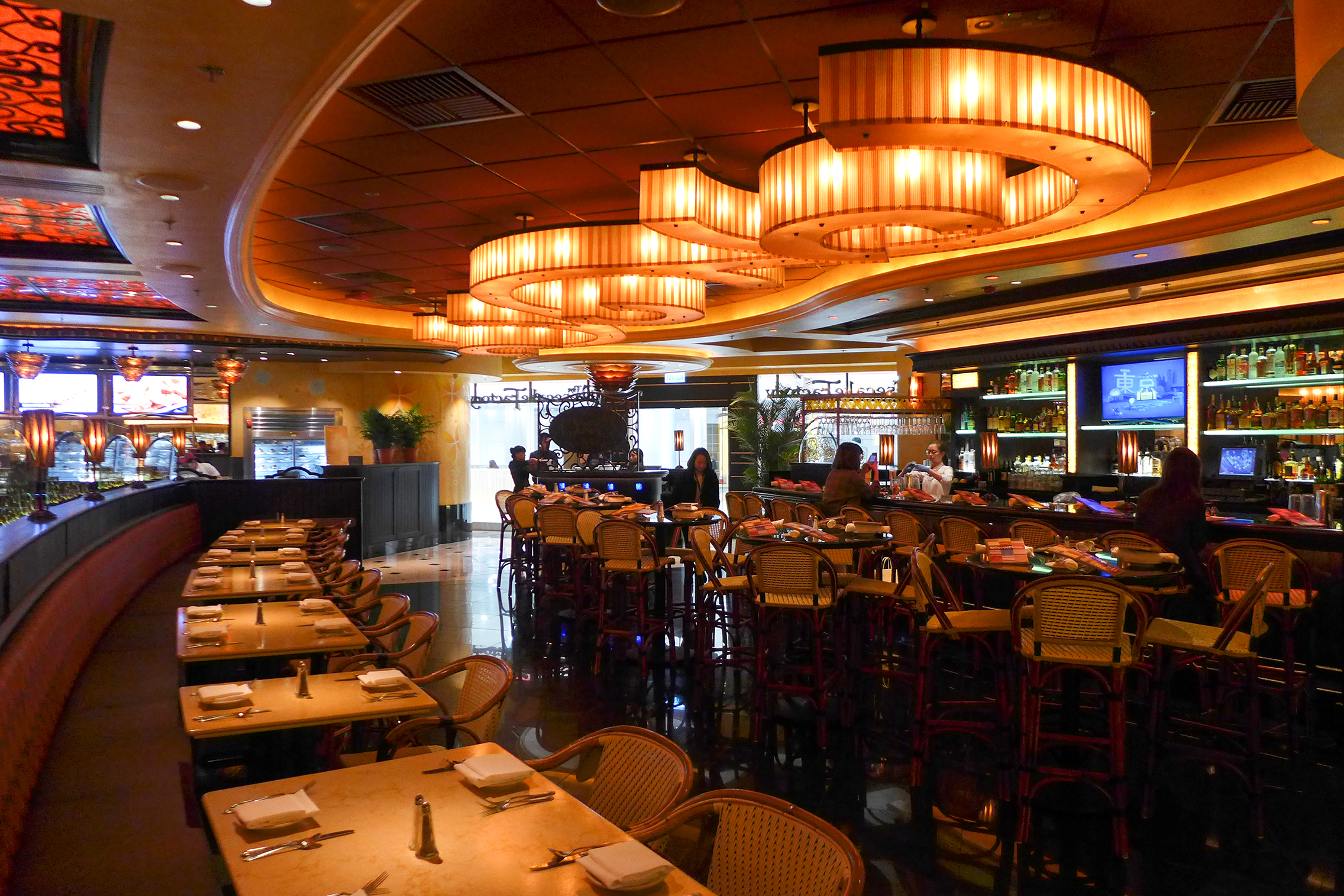Interior of a Cheesecake Factory in Hong Kong. Image taken from  Wikimedia Commons , ©Wpcpey / Wikimedia Commons.