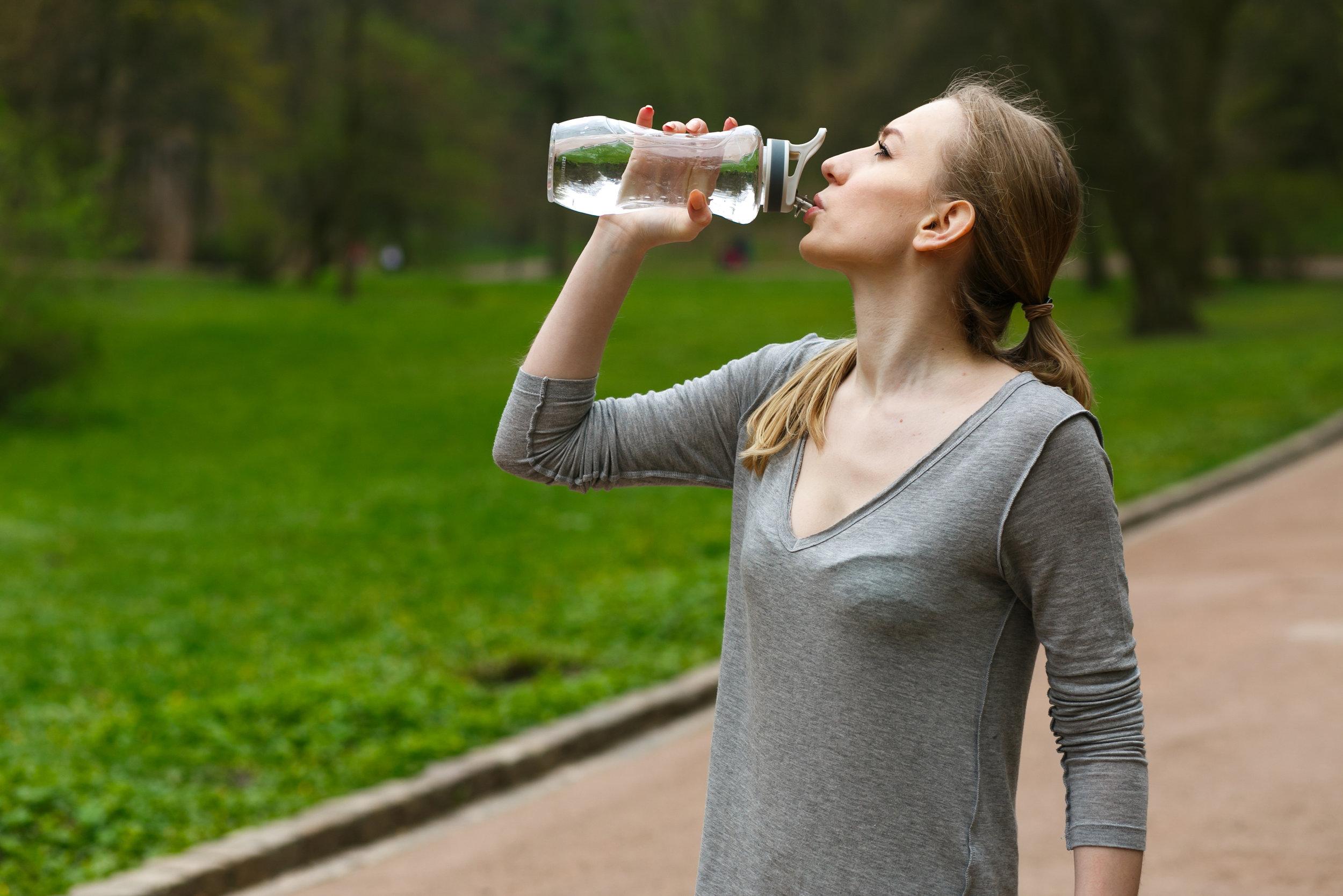 L'hydratation, primordiale. - On parle souvent d'alimentation en lien avec l'entraînement, mais on ne met toutefois pas suffisamment l'emphase sur l'aspect primordial d'une hydratation adéquate. Boire suffisamment, avant, pendant et après l'effort permet au corps une récupération optimale. En plus, on évite les désagréments ponctuels tels que les crampes, le manque d'énergie et les maux de tête. On prévient également les autres problèmes de santé en éliminant convenablement les déchets et les toxines. Une bonne hydratation a donc des effets bénéfiques sur vos performances athlétiques. Sportifs, sportives… à vos bouteilles d'eau!