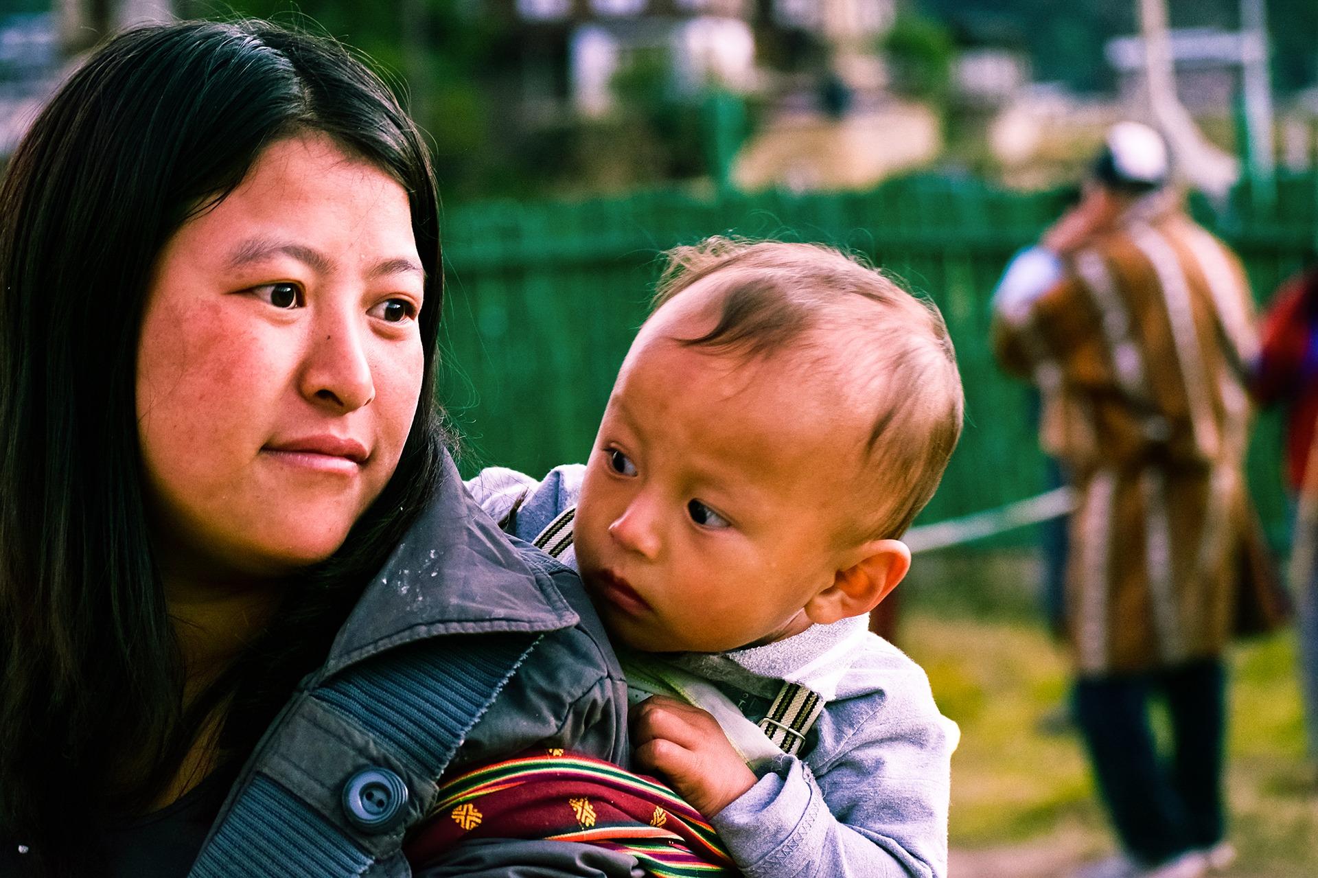 bhutanese-woman-with-kid-2725144_1920.jpg