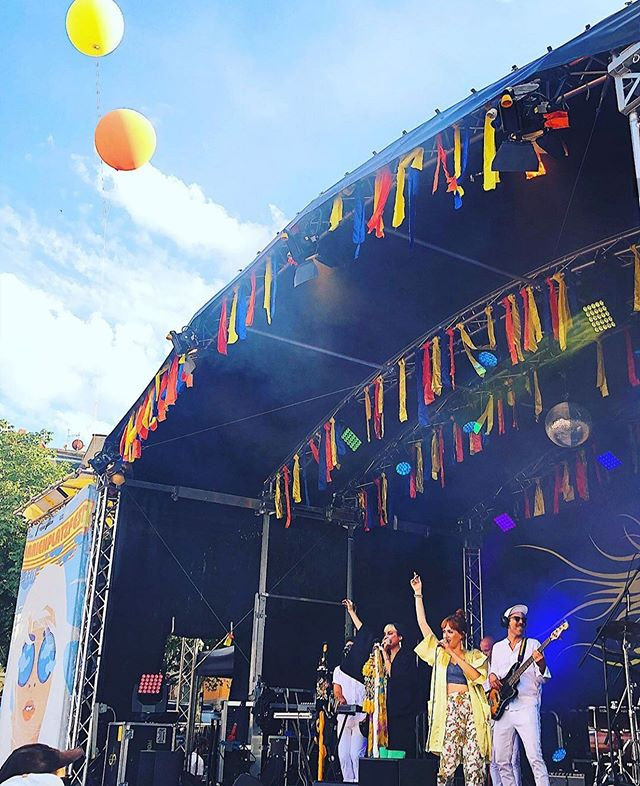 🎈Don't forget to let go of everything that is no longer serving you so you can make room for what you really need 🎈 Lot's of new things in the making. Stay tuned loves and happy Monday 🙌🏾🙌🏼 . . . #happymondays #lettinggo #newmusicsoon #summerfestival #musicfestivals #healers #balloons🎈  #findyourself #loveyourself💕 #losangelesmusic #womeninmusic #happypride