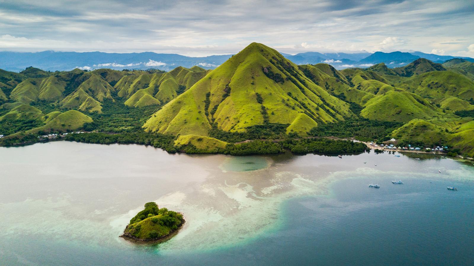 Komodo Island view drone suwandi Changra Photography.jpg