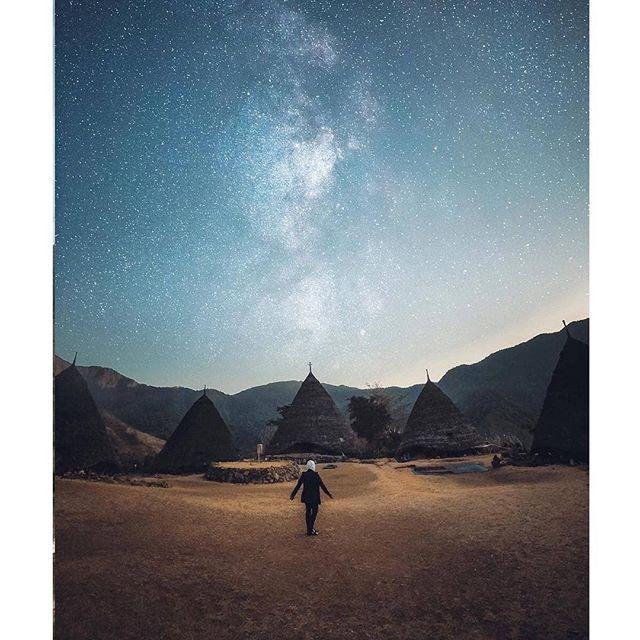 «Travelling - it leaves you speechless, then turns you into a storyteller.» Ibn Battuta Photo by : @keishakayla_ . . . #helloflores #visitflores #floresisland #waerebovillage #waerebo #waerebotrip #komodotour #florestrip