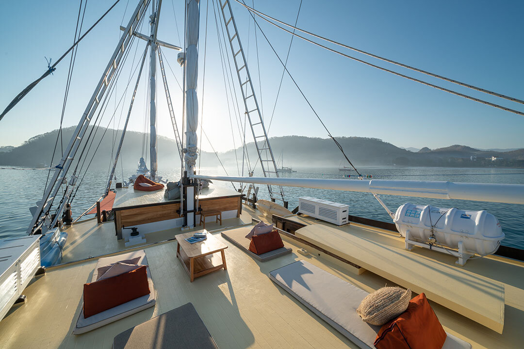 Jakare boat to flores with exclusive deck.jpg