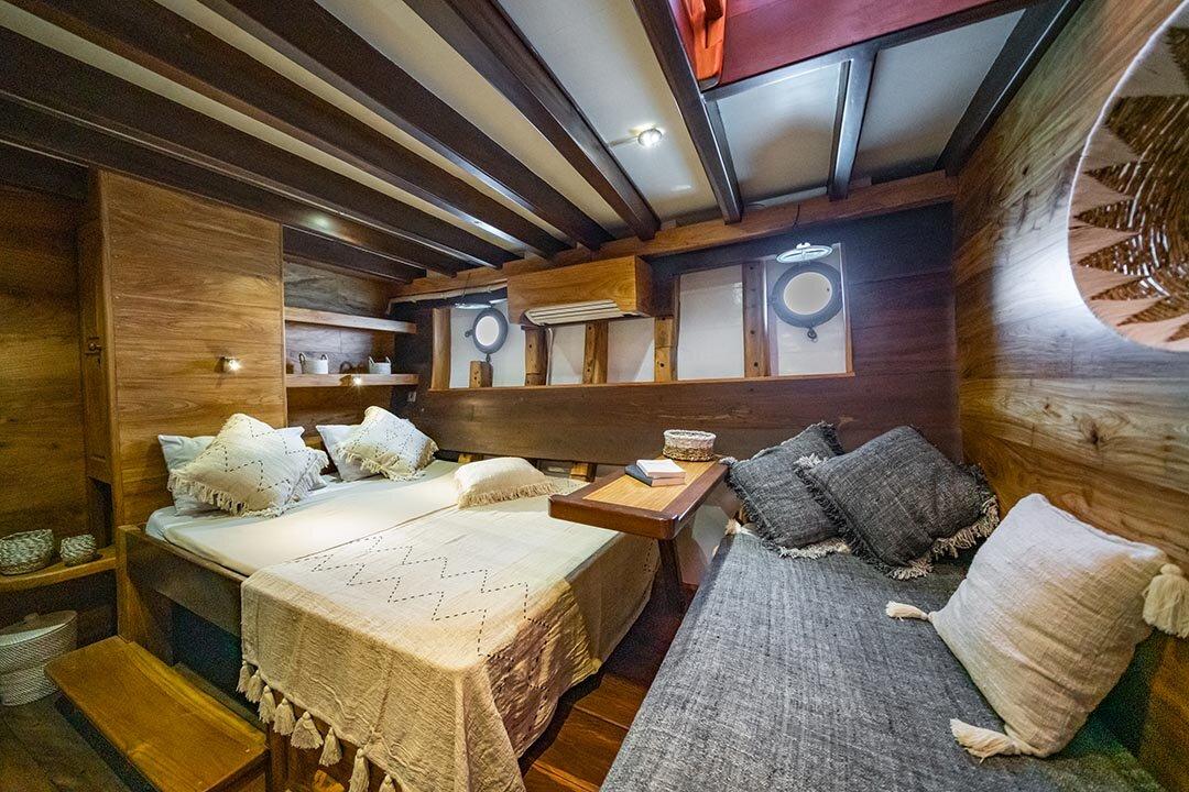 Jakare Liveaboard - Queen Bed.jpg