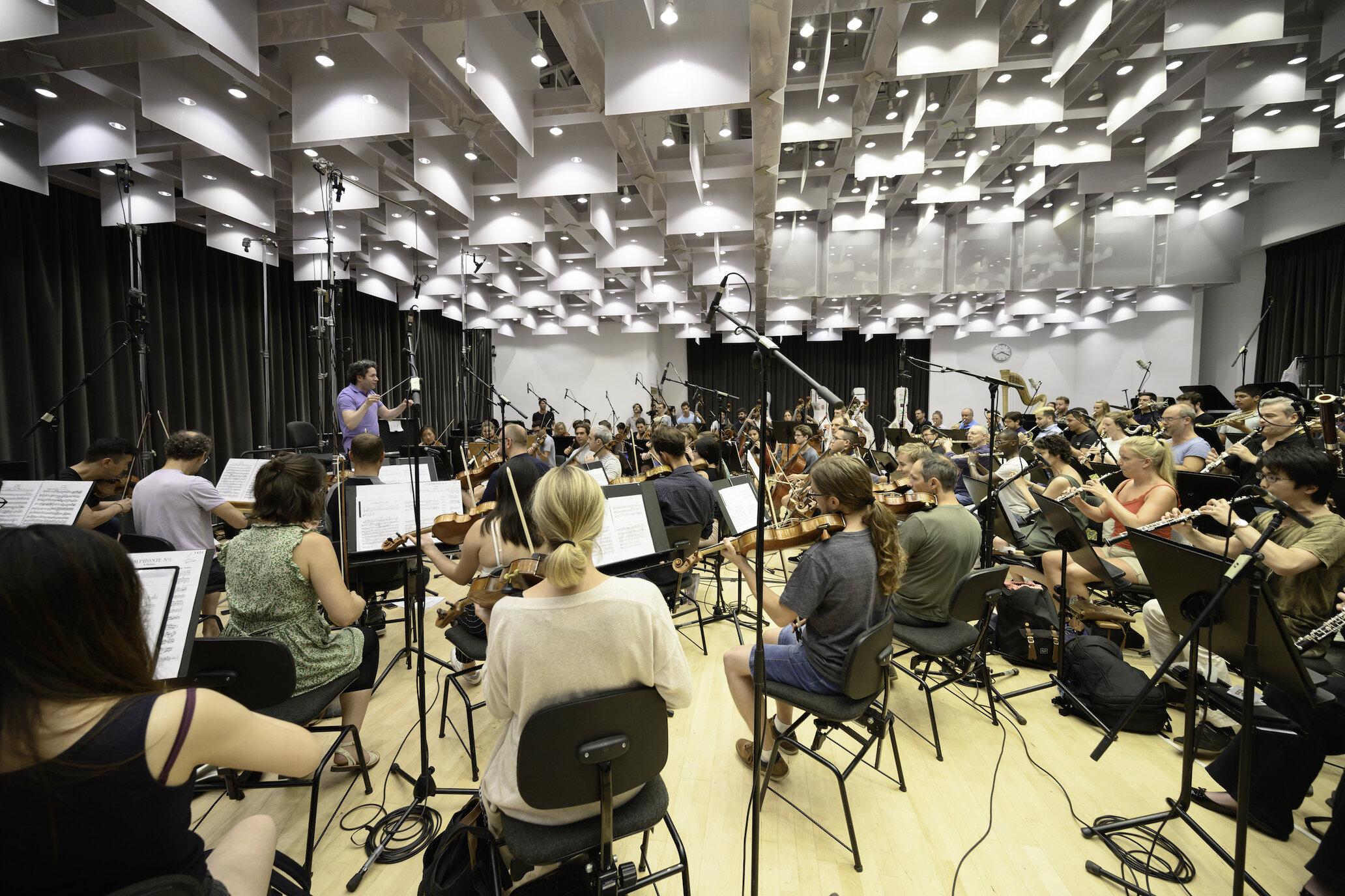 Gustavo Dudamel ensaya con estudiantes y miembros de la Orquesta de Cámara Mahler para el Festival Peralada, agosto 2019. Foto de May Zircus.