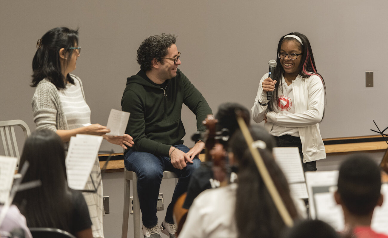 """Gustavo Dudamel dirige una discusión en """"seminario"""" con jóvenes de Music Makers de Trenton, El Sistema NJ Alliance, Play on, Philly!, el Harmony Program y la orquesta de cámara Ascenté. Abril 2019."""