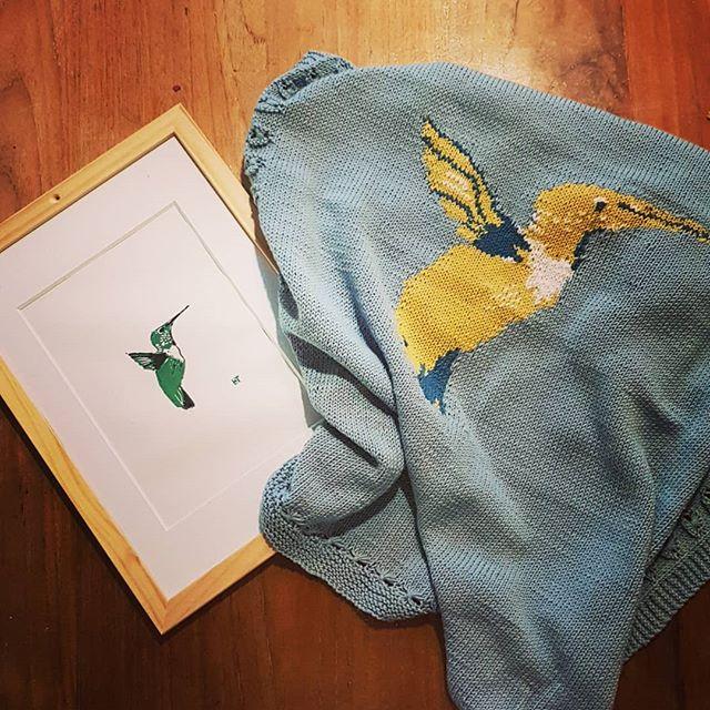 Dat je schoonmoeder een dekentje maakt op basis van jouw eigen linoprintje 😍 @tinehoofd hij is fantastisch! . . . #linoprint #kolibri #hummingbird #blanket #dekentje #baby #newborn