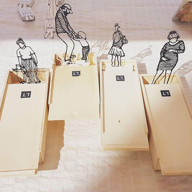 Voor wie er nog even uit wil voor een frisse neus 🤔 mijn beeldjes bij de braderie rond de fahrenheitstraat! . . . #art #gallery #kunst #galerie #kunstuitleen #kunststukken101 #denhaag #braderie #fahrenheitstraat #thomsonlaan #markt #sculptuur #sculpture #mama #papa #peuter #zwanger #toddler #mommy #daddy #pregnant