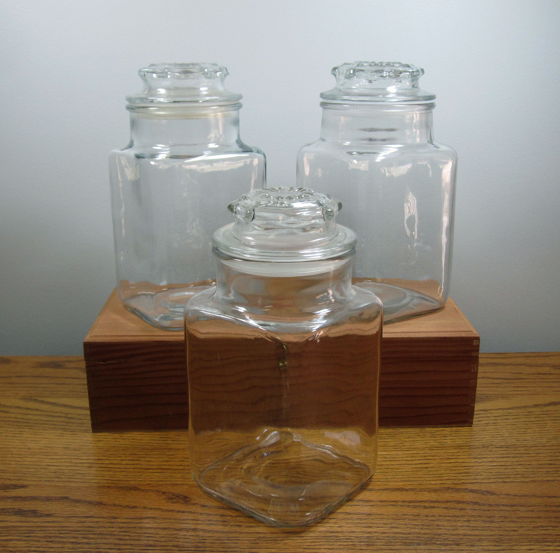 Half Gallon Jars - Description ~ use for candy bars, favors, appetizers or centerpiecesQuantity ~ 12Rental Price ~ $3