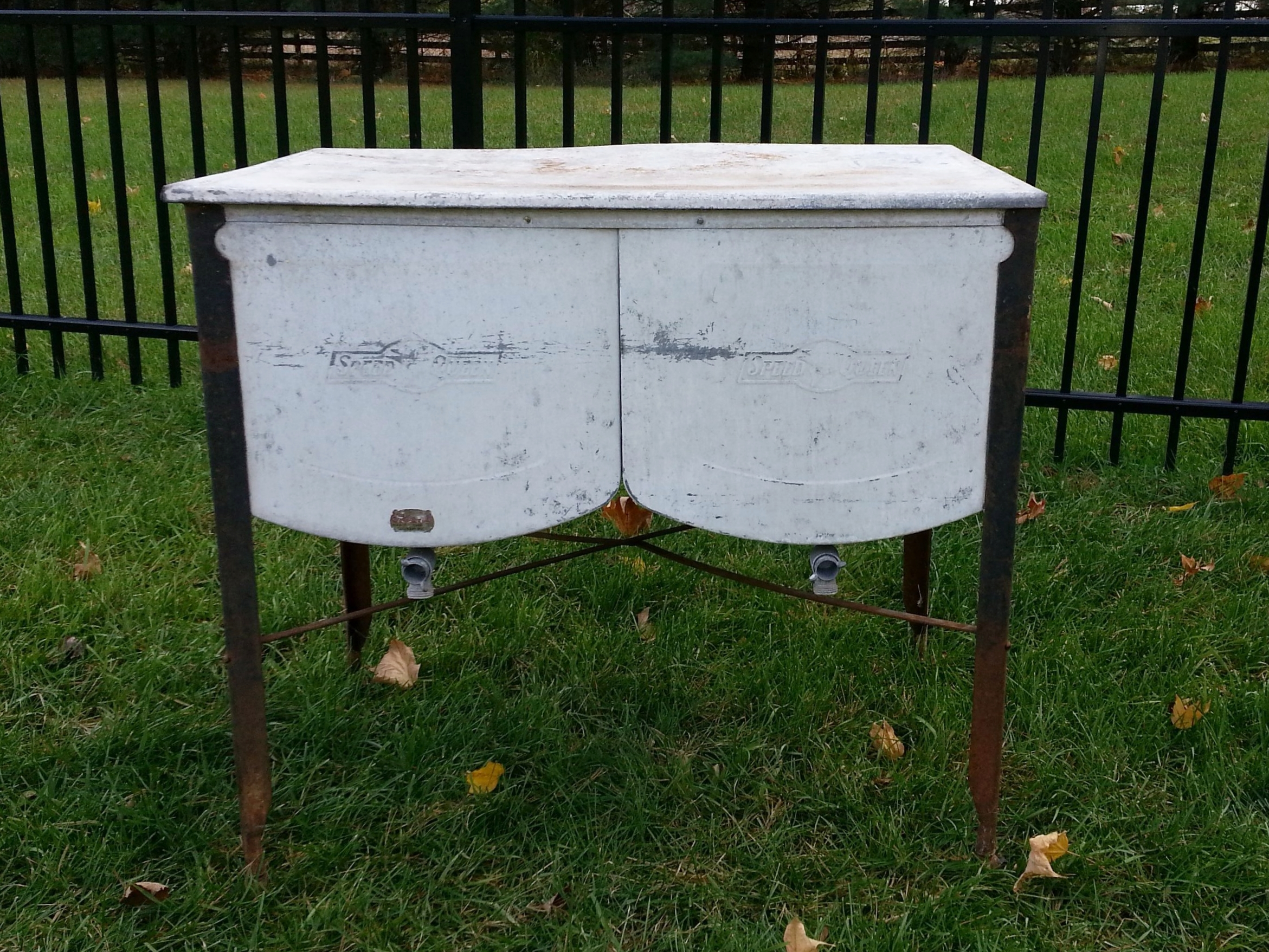Vintage Washtub - Description ~ store cold drinks & ice or put a top on and use it for displayQuantity ~ 2 tubs, 1 topRental Price ~ $20-25