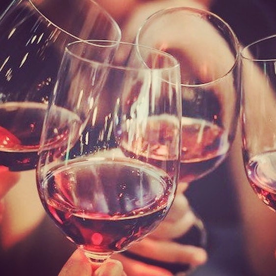 Join us for a Wine & Whine Happy Hour on the UWS this Friday afternoon! Babies welcome. RSVP to get your first drink free, courtesy of Embr Wave @embrwave ! MomMeetUps.com/calendar