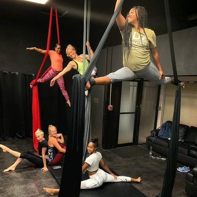 So fun to teach (and hang with!) this crew💪 Happy Friday @elevateaerialstudiobda @kinetixbermuda  #circus #circuseverydamnday #circusaroundtheworld #aerialistsofig #aerialsilks #igfitness #bermuda #badassladies