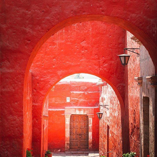 Some places were simply built to be photographed... #arequipa #arequipaperu #santacatalinamonastery #perutravel @peru @loudavymkrokem #architecturephotography #czechroamers #ikoktejlcz #mydomainetravels #stayandwander #mytinyatlas #justgoshoot #explorer #letswander #ichosetowander #one_shot #exploreourearth #awakethesoul #darlingescapes #wanderoften #cityscapes #folktravel #travelmagazine #instagramperu #cntraveler #lonelyplanet