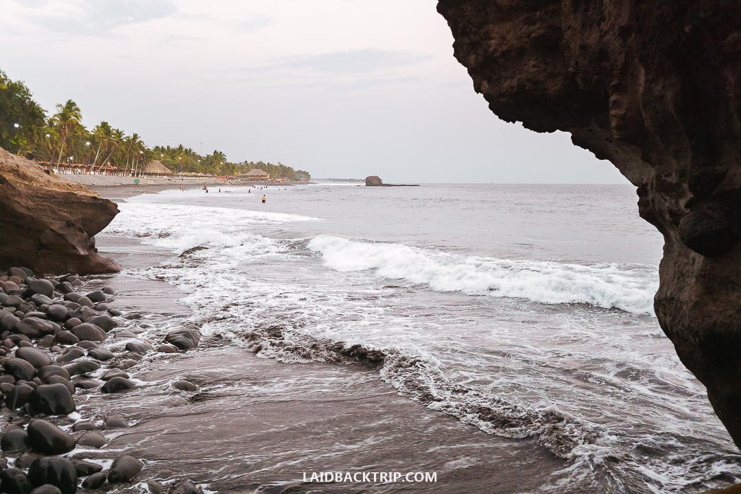 There are more beaches along the Pacific coast of El Salvador.