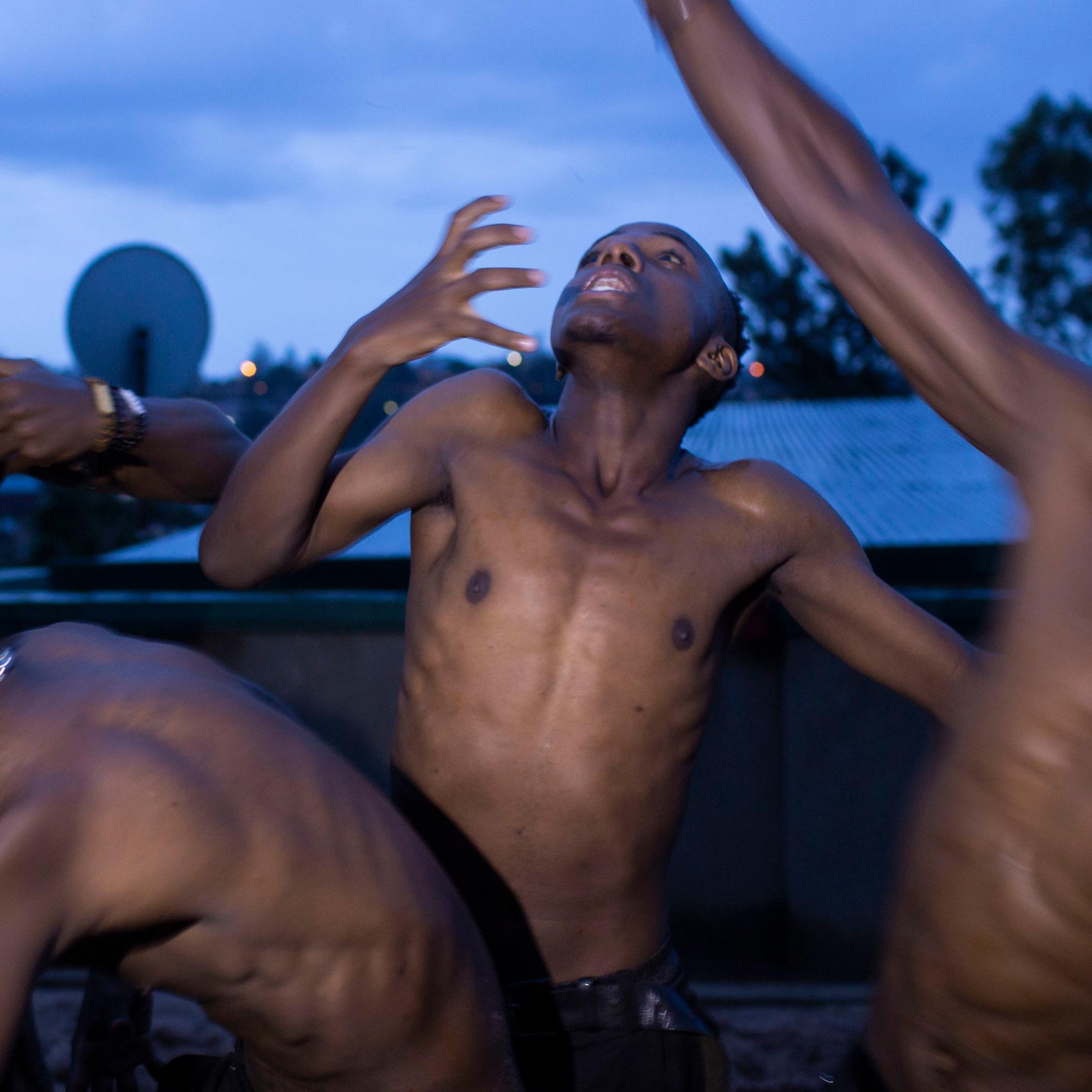 battle - Krumpdansere møter performancekunstnere som møter landsbyboere til battle