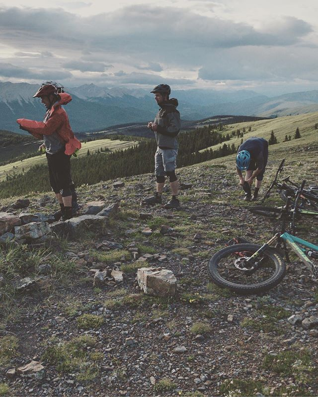 We're hosting our first annual summer solstice ride and BBQ next Friday June 21st! It will be an an advanced ride (with a friendly atmosphere) on jumping pound ridge and cox hill led by Inside Line Staff and @melissa.r.kinsman . We'll have a casual post ride BBQ at the Dawson parking with treats from our friends at @paddysbrewbecue . We'll be gathering at Dawson lot around 6:00 with shuttles leaving Dawson lot at 6:30 sharp, DM us if you plan to come! . . . #kananaskis #summersolstice #groupride #funtimes