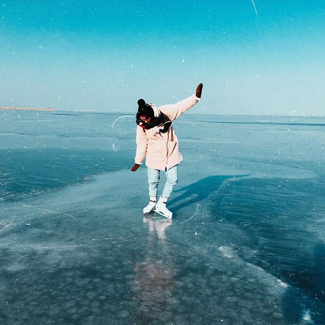 Brrrr so cold, but so beautiful 📉💙 Escaped from the studio for this ⛸ • • • . . . . . #Duoband #Musicianslife #musician #touring #Girldrummer #Girlsondrums #Drummingwoman #Boyandgirlband #naturephoto #watchthisinstagood #artofvisuals #awesome_earthpix #landscape_captures #rsa_rural #natureaddict #nature_wizards #awesomeearth #naturediversity #ourplanetdaily #earth_deluxe #instanaturelover #nature_prefection #allnatureshots #gottalove_a_ #nature_brilliance #EarthVisuals  #iphoneography #iphoneonly #iphonesia #focalmarked