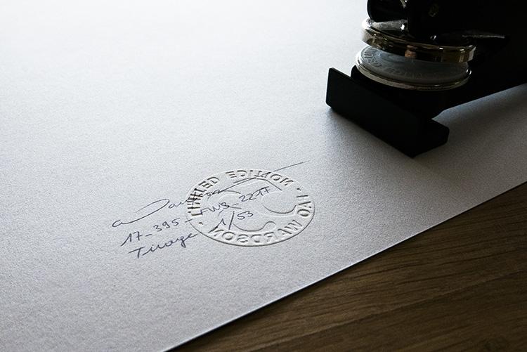 Au dos du timbre sec, mentions manuscrites optionnelles