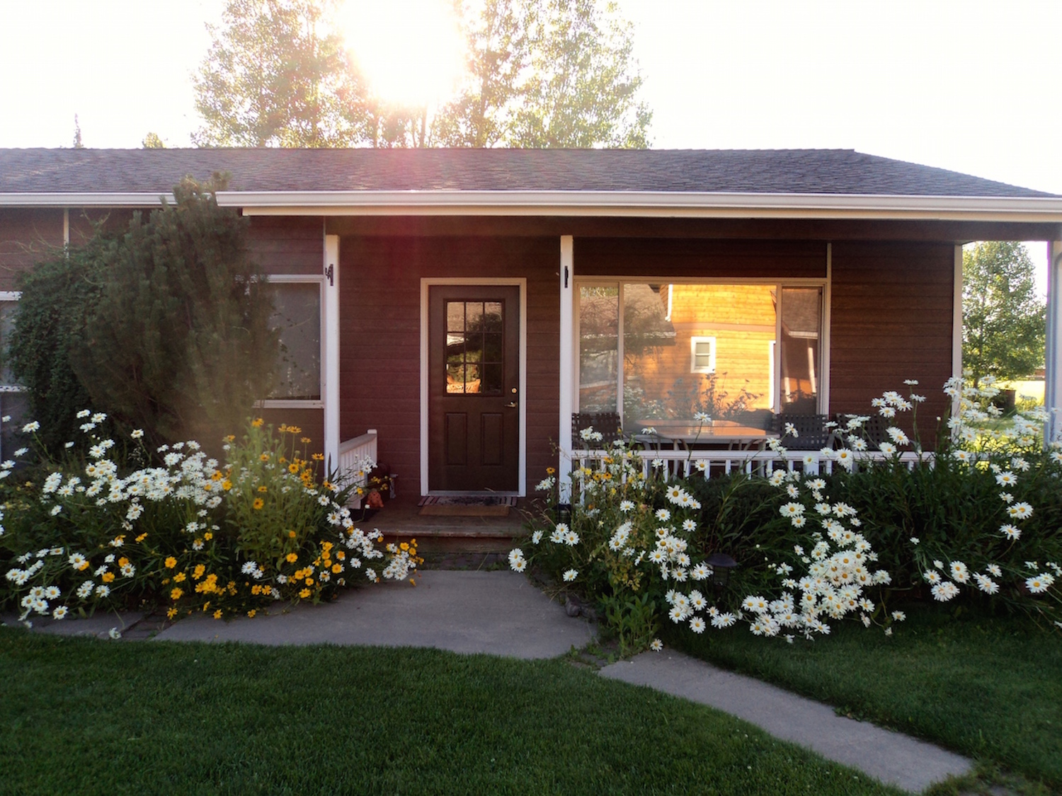 Guest House w: summer flowers.JPG