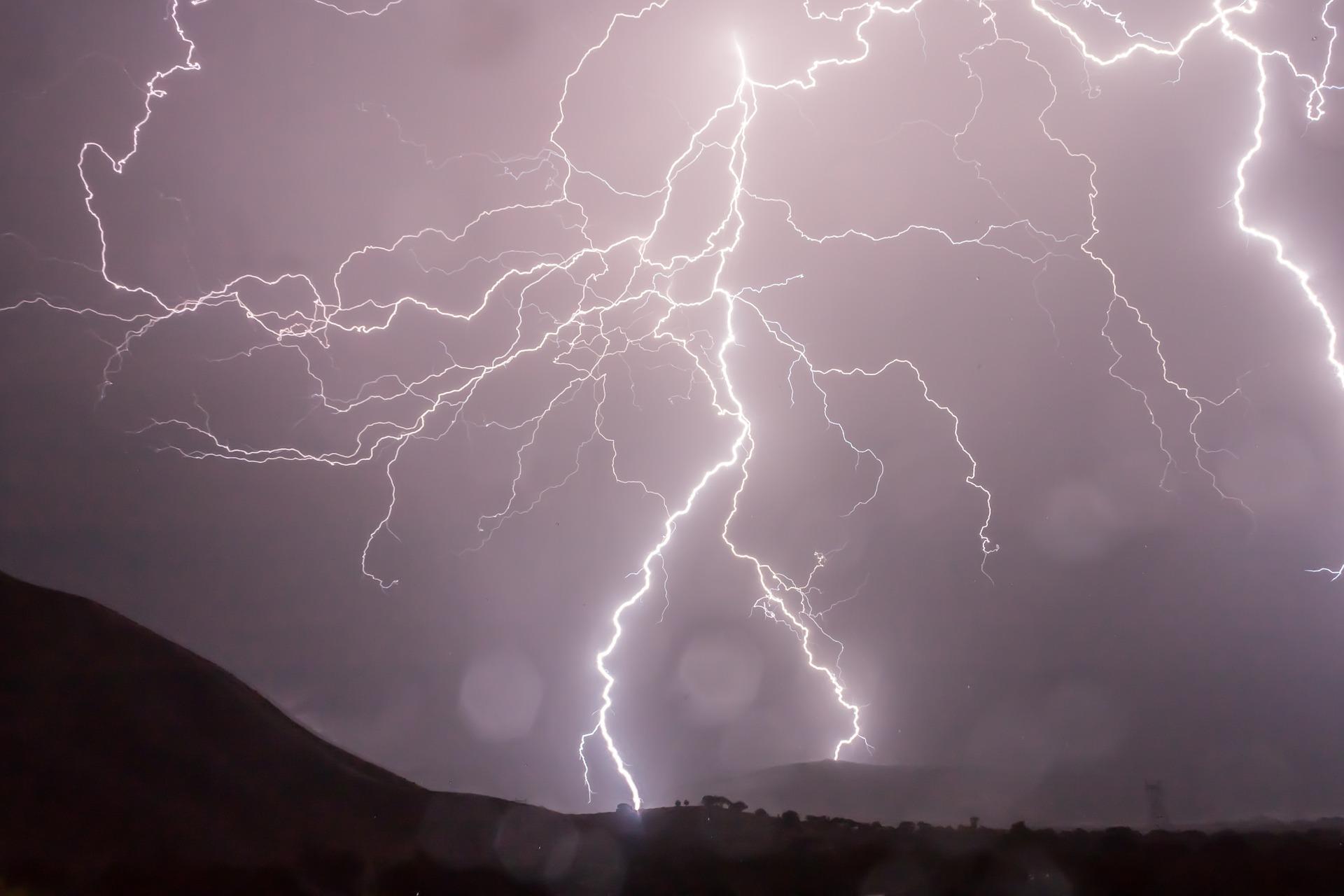 lightning-399853_1920.jpg