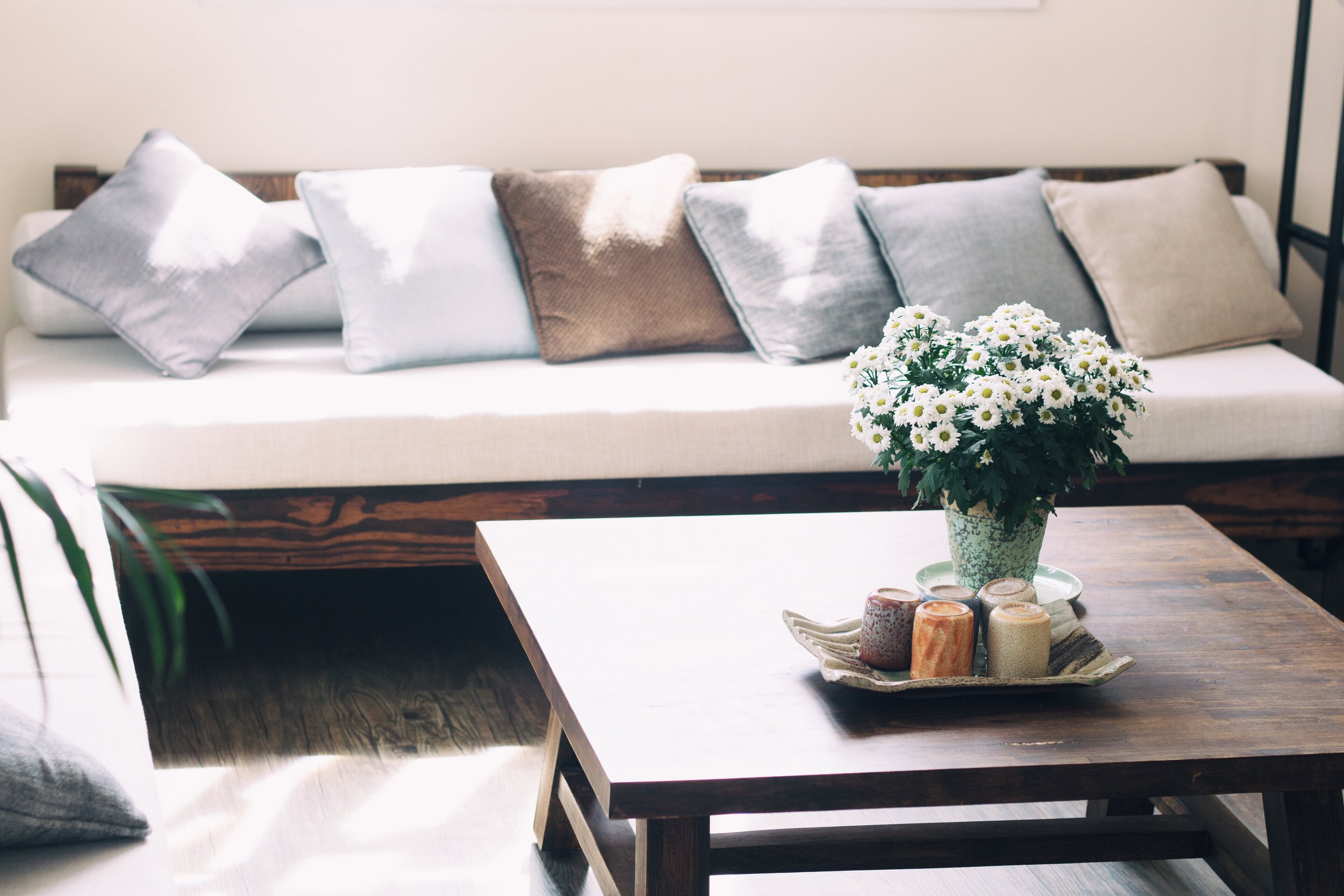 Combine natural fibers, wood and ceramic materials to bring softness and warmth to a living room.