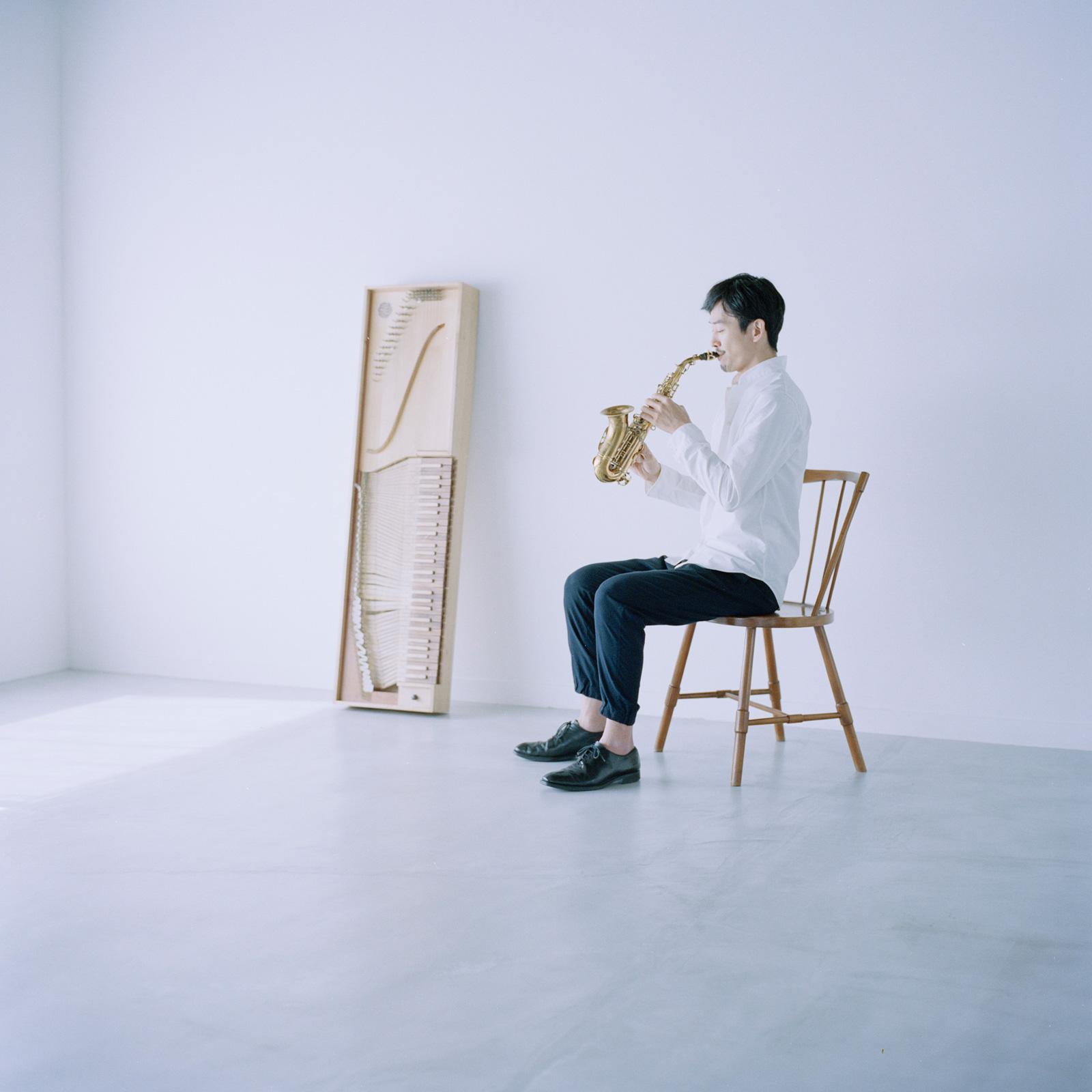 内田輝 / Akira Uchida:サックス・ピアノ・クラヴィーコード奏者、調律師  サックス奏者として活動後、ピアノ調律を吉田哲氏に師事。音の調律から観る様々な音との対話方法を伝える『音のワークショップ』を開催。楽器製作家、安達正浩氏の教えのもと、14世紀に考案されたクラヴィーコード (鍵盤楽器) を製作。自ら楽器を作り、音を調律し、音楽家であること。この流れを大事にして世界を観たいと思っている。   akira-uchida.jp
