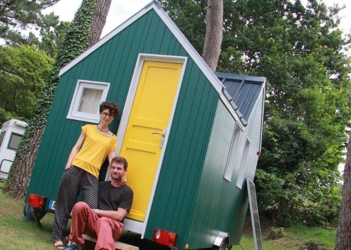Ouest France : Erquy, des cabanes colorées et roulantes poussent dans le camping
