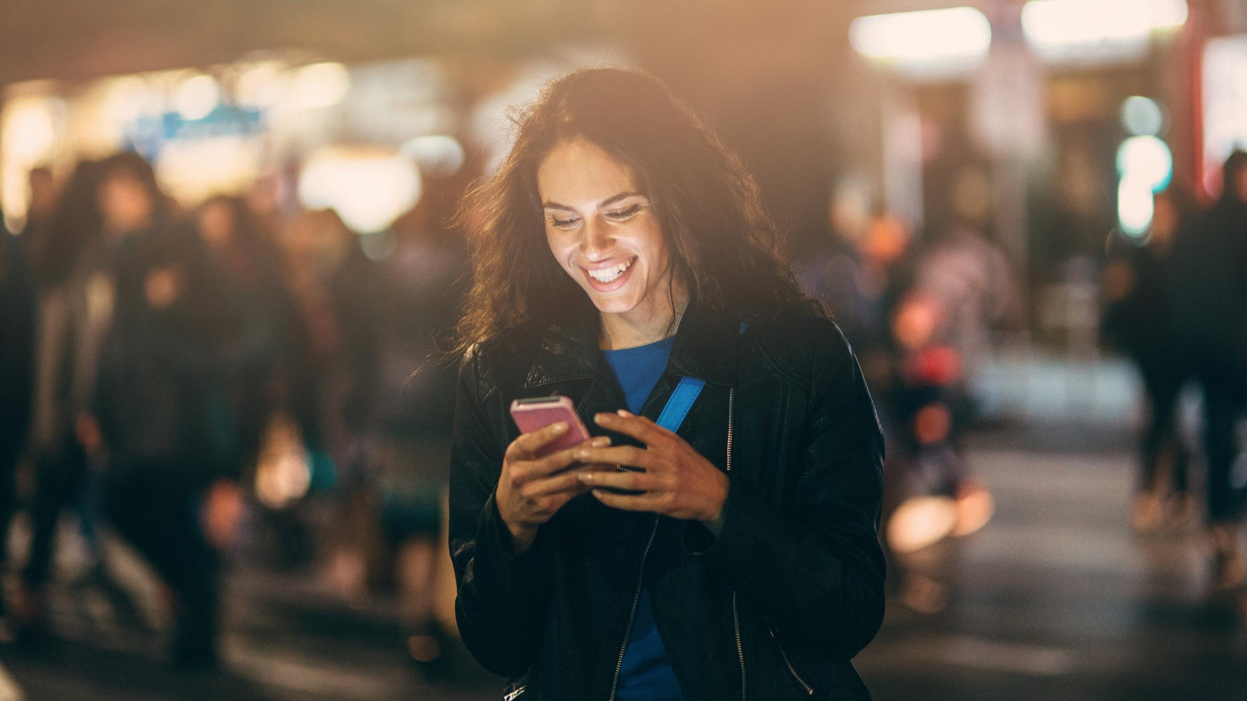 Texting-outside-at-night-505570578_5760x3345.jpeg