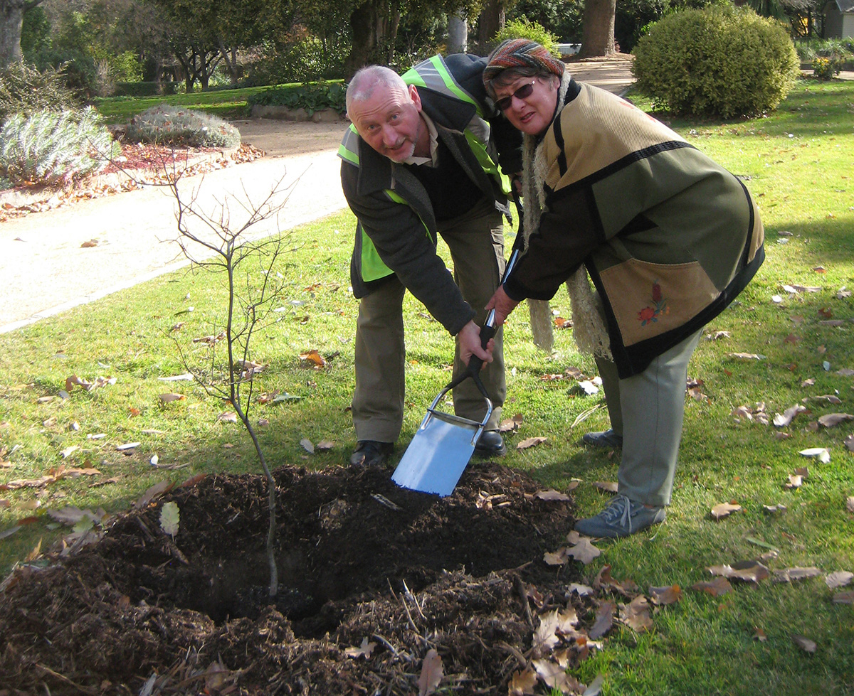 Peter-Jones-&-Ann-Kyneton-Bot-Gardens-June-2012.jpg