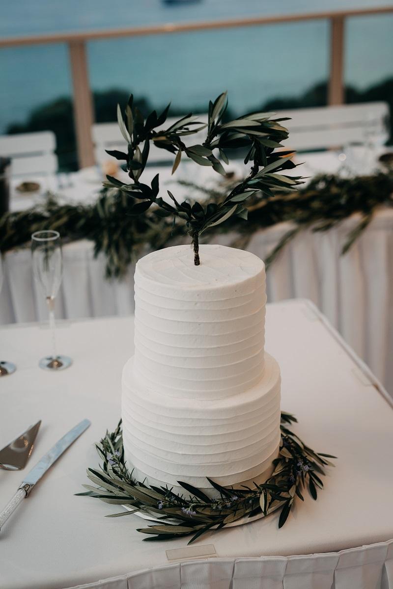 Classic white wedding cake.jpg