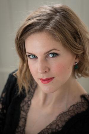 """Ida Gudim - Ida Gudim ble uteksaminert ved Operahøyskolen i Oslo våren 2015. Hun har også en mastergrad fra Norges musikkhøyskole og en bachelorgrad fra Barratt Due Musikkinstitutt.Ida debuterte på Den Norske Opera&Ballett høsten 2013 i rollen som Mrs. Chan i den moderne operaen """"Ad Undas"""". I operaens påfølgende vårsesong tolket hun rollen som Fiordiligi i Mozart klassiskeren """"Cosi fan tutte"""", og senere rollen som Freia i Wagners """"Das Rheingold"""".I 2015 sang Ida tittelrollen i """"L`incoronazione di Poppea"""" som en del av hennes eksamensforestilling, hvor hun bl.a jobbet med regissør Jacopo Spirei og Stefan Herheim.Ida Gudim jobber som freelance sanger i Norge og Tyskland innenfor opera/operette, nyskrevne verker, nordisk musikk og kirkemusikk. Hun har mottatt flere talentstipend fra bl.a Tom Wilhelmsens stiftelse, Sine Butenschøns fond, DEA stipendprogram, Statens kunstnerstipend, Ruud-Wallenbergs fond og Norsk kulturråd."""