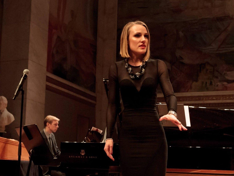 """Vår kjære kunstneriske ansvarlig, ikke bare """"Nattens dronning"""" men helt om dagen helt om natten, og rett igjennom sabla bra dame; Caroline Wettergreen er en annen! Hun er, i tillegg til å gjøre en stormende internasjonal karriere, årets mottager av Equinors talentstipend innen klassisk musikk. -"""