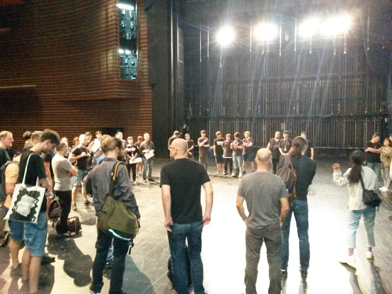 Teambesprechung auf der Bühne im LG Art Center
