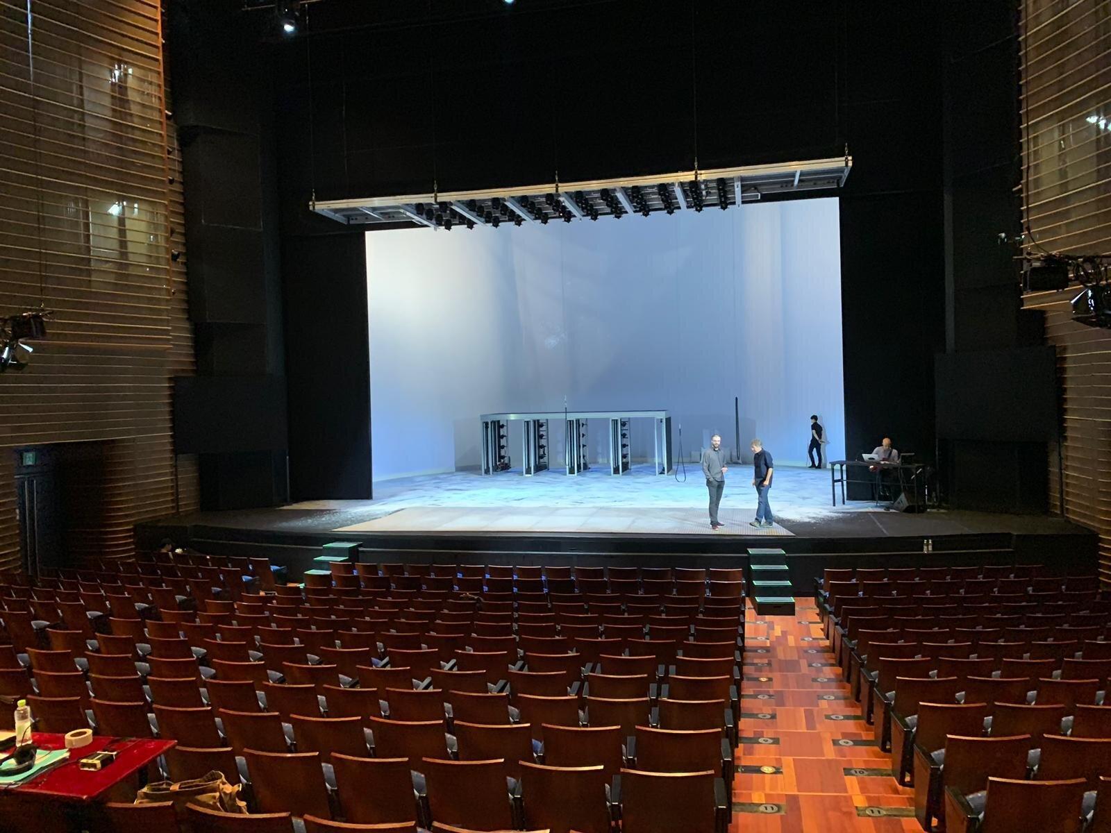 Blick auf die Bühne, LG Art Center