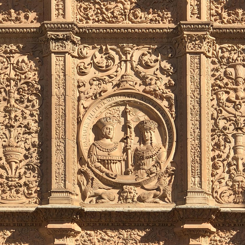 Los reyes católicos en la fachada de la Universidad.