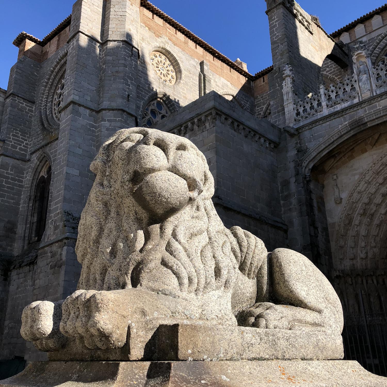 León junto a la catedral.
