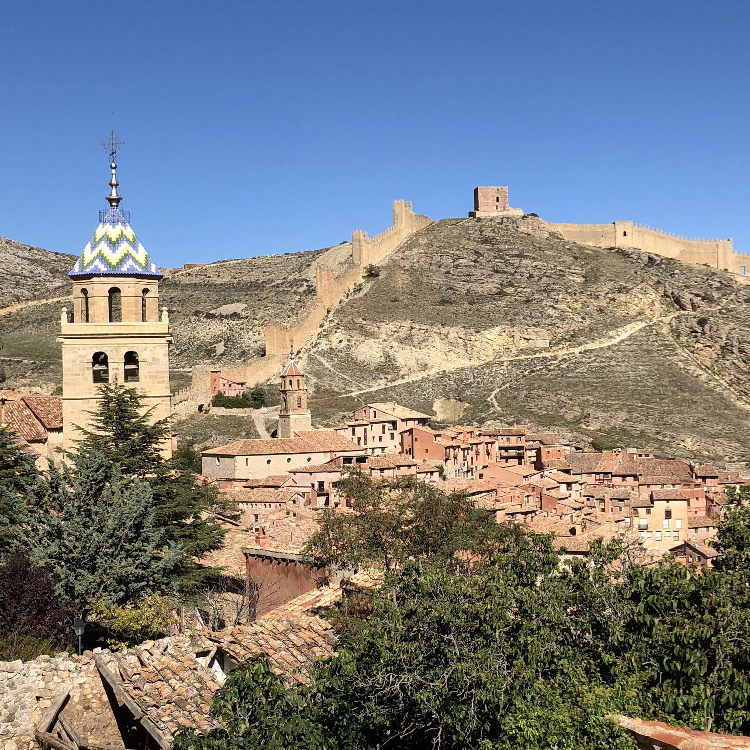 Vista con la torre de la catedral en primer término.