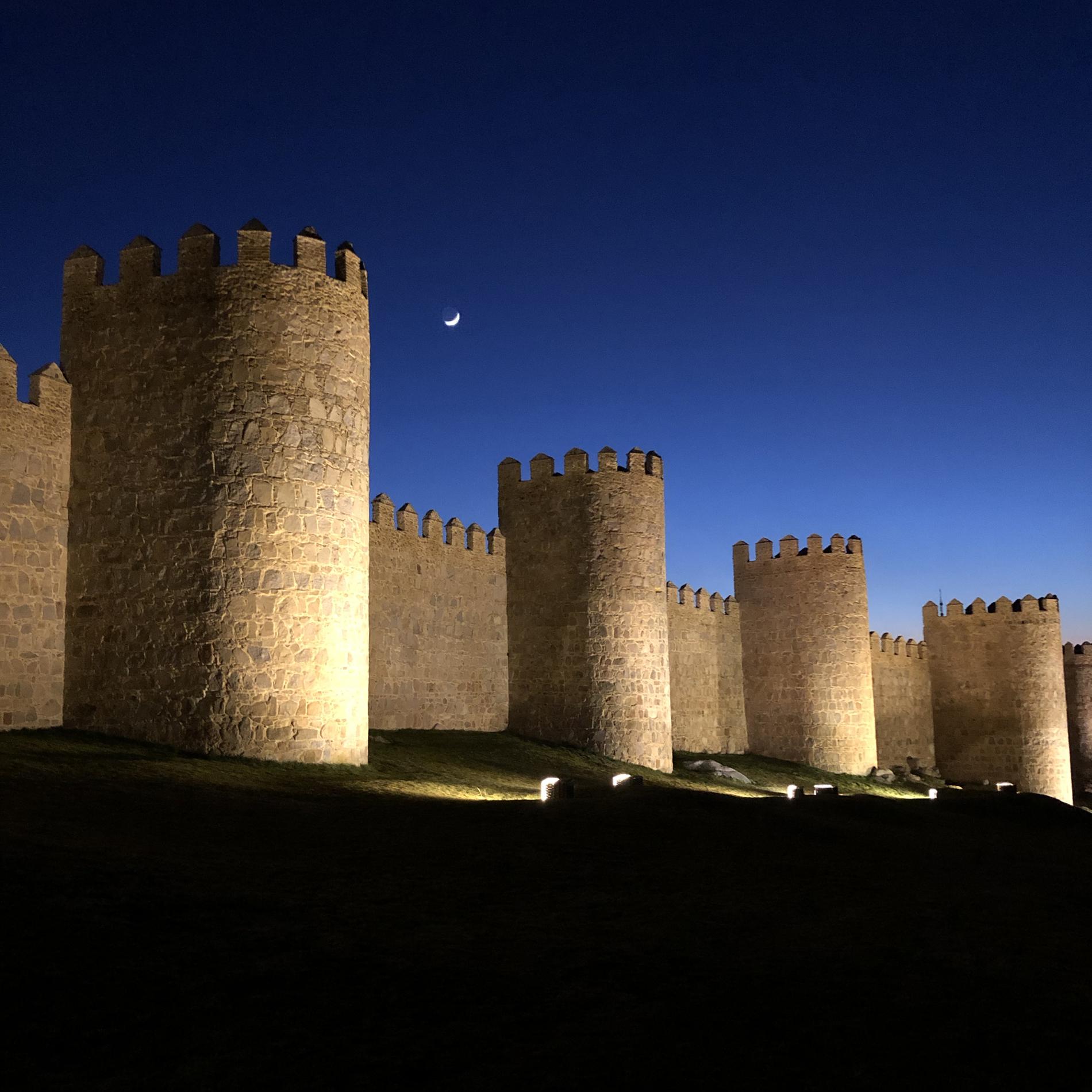 Las murallas de Ávila a la luz de la luna.