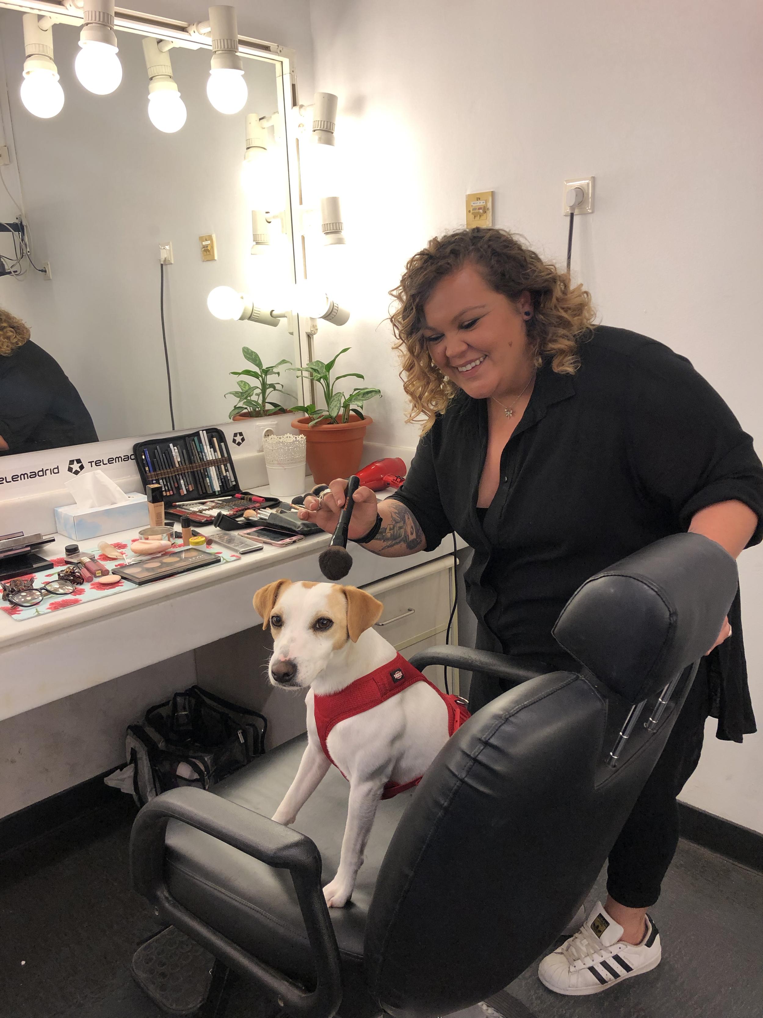 Con mi maquilladora de Telemadrid.