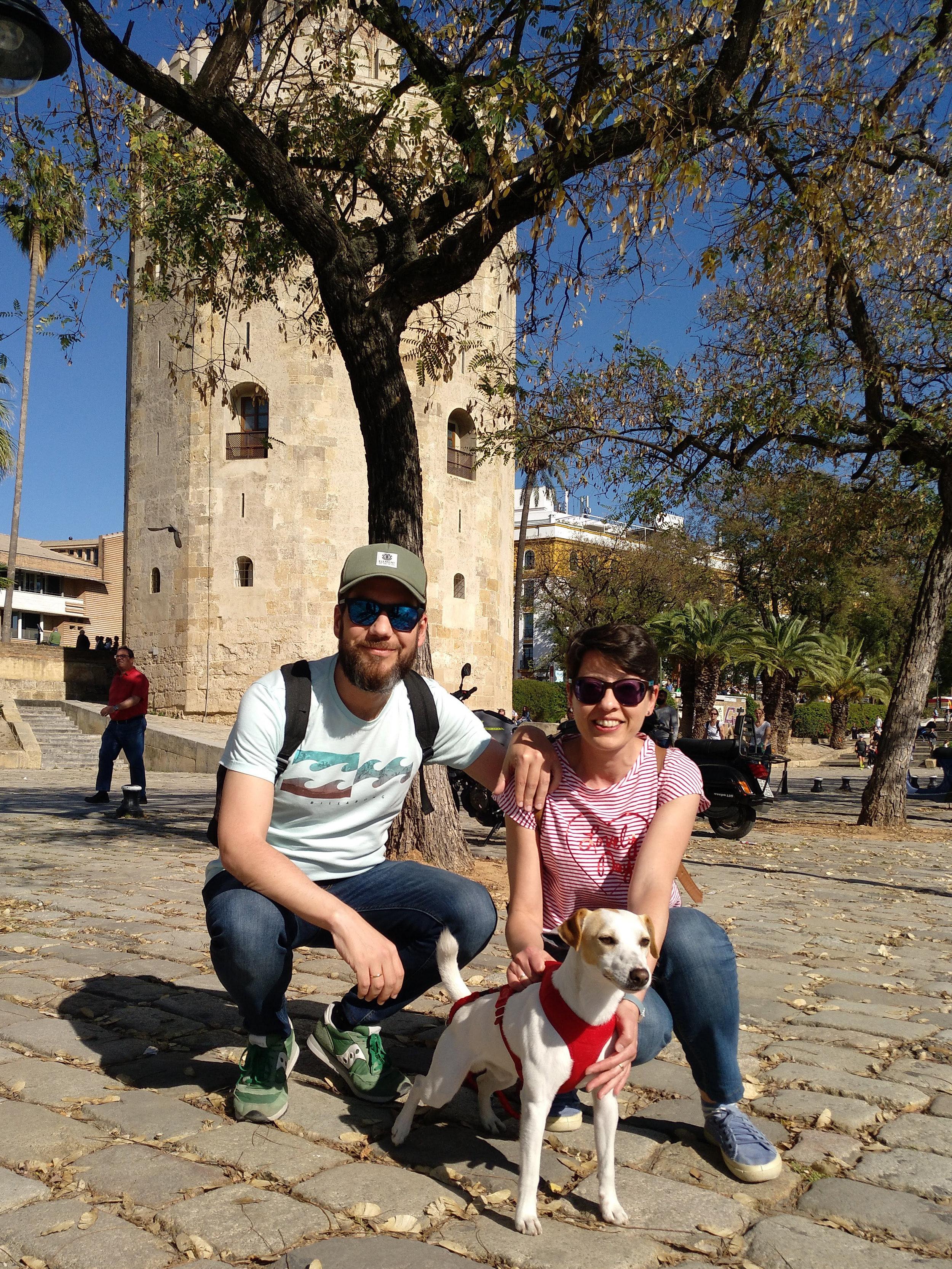 Con Marisol y Pablo junto a la Torre del Oro.