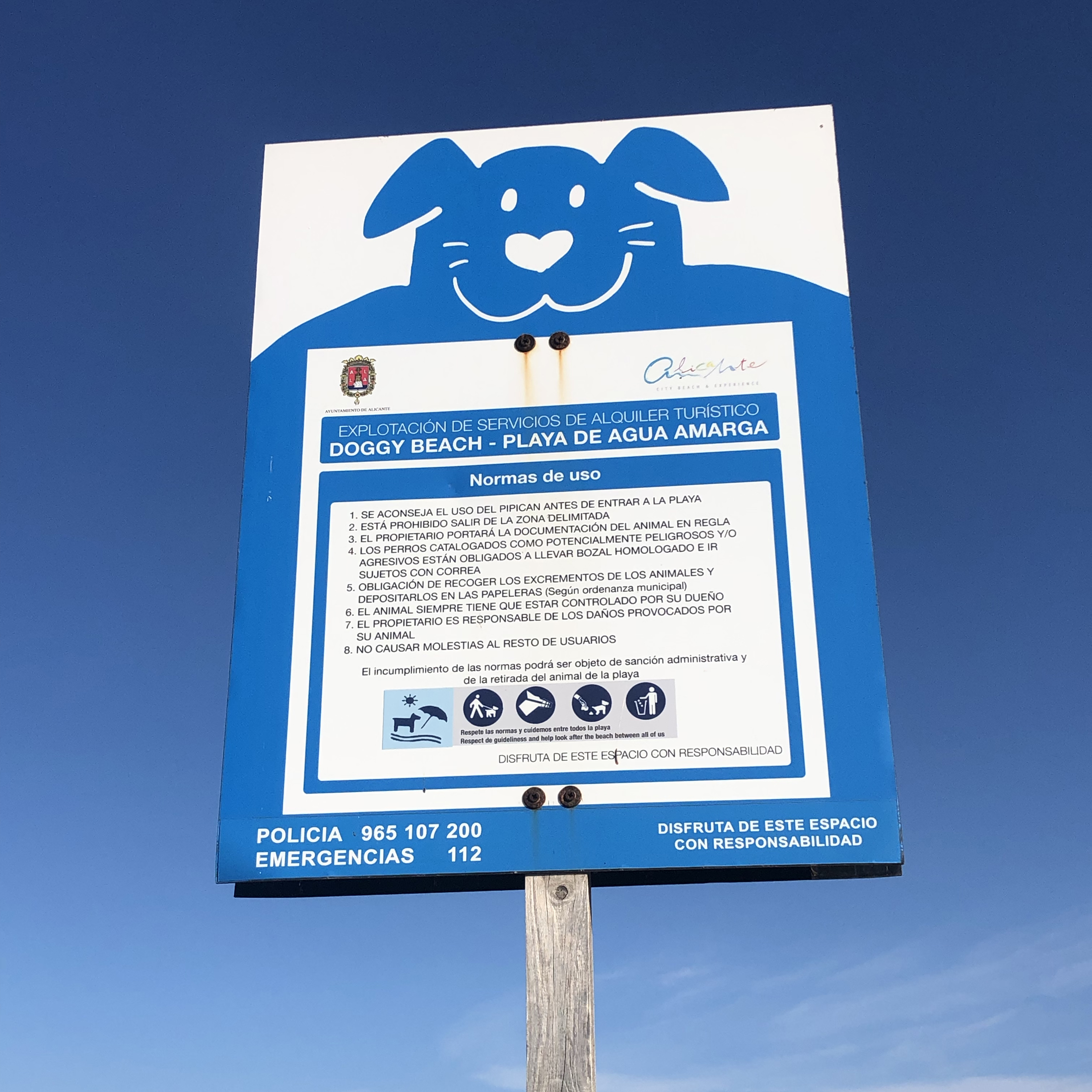 Cartel de la playa de Agua Amarga en Alicante.