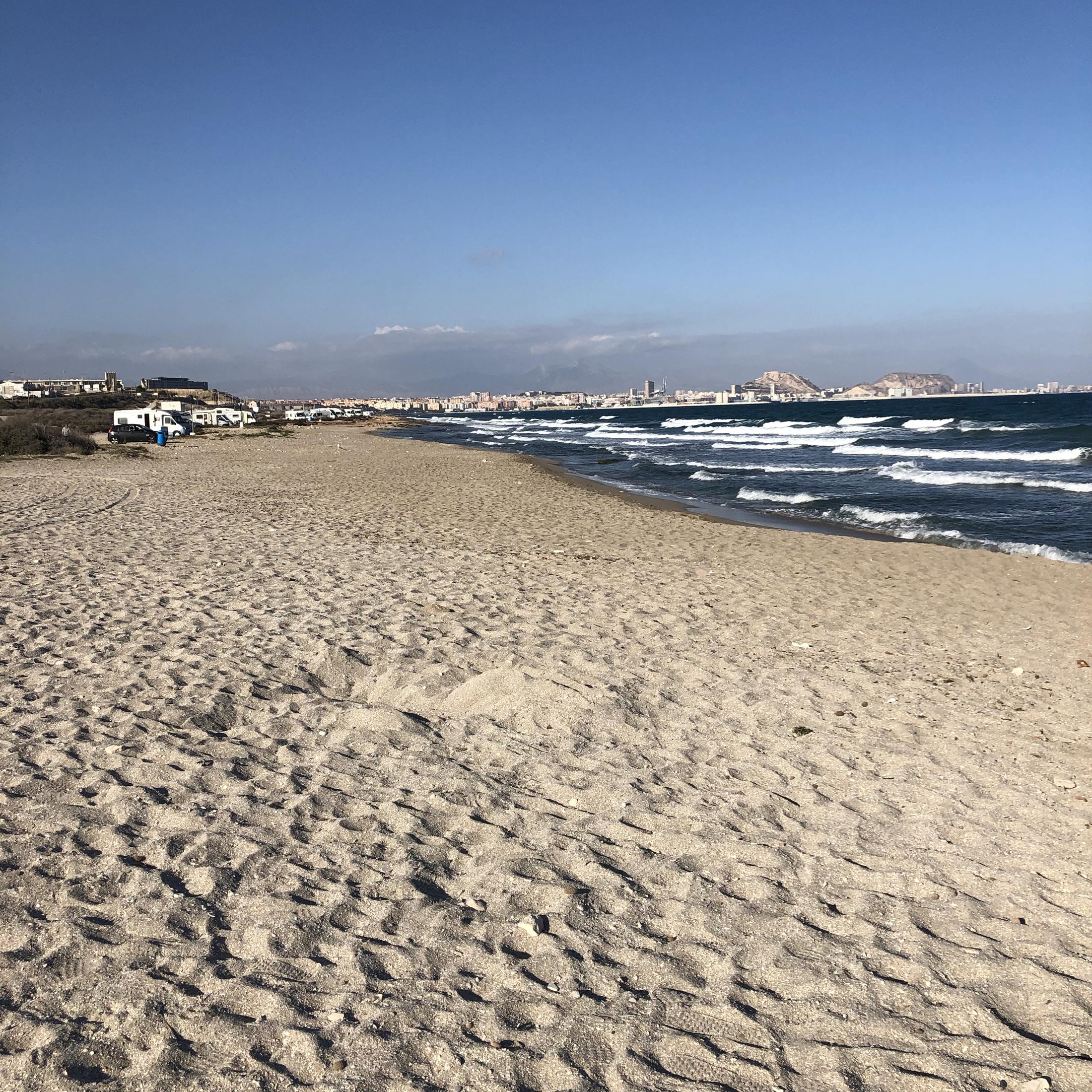 Playa de Agua Amarga con Alicante al fondo.