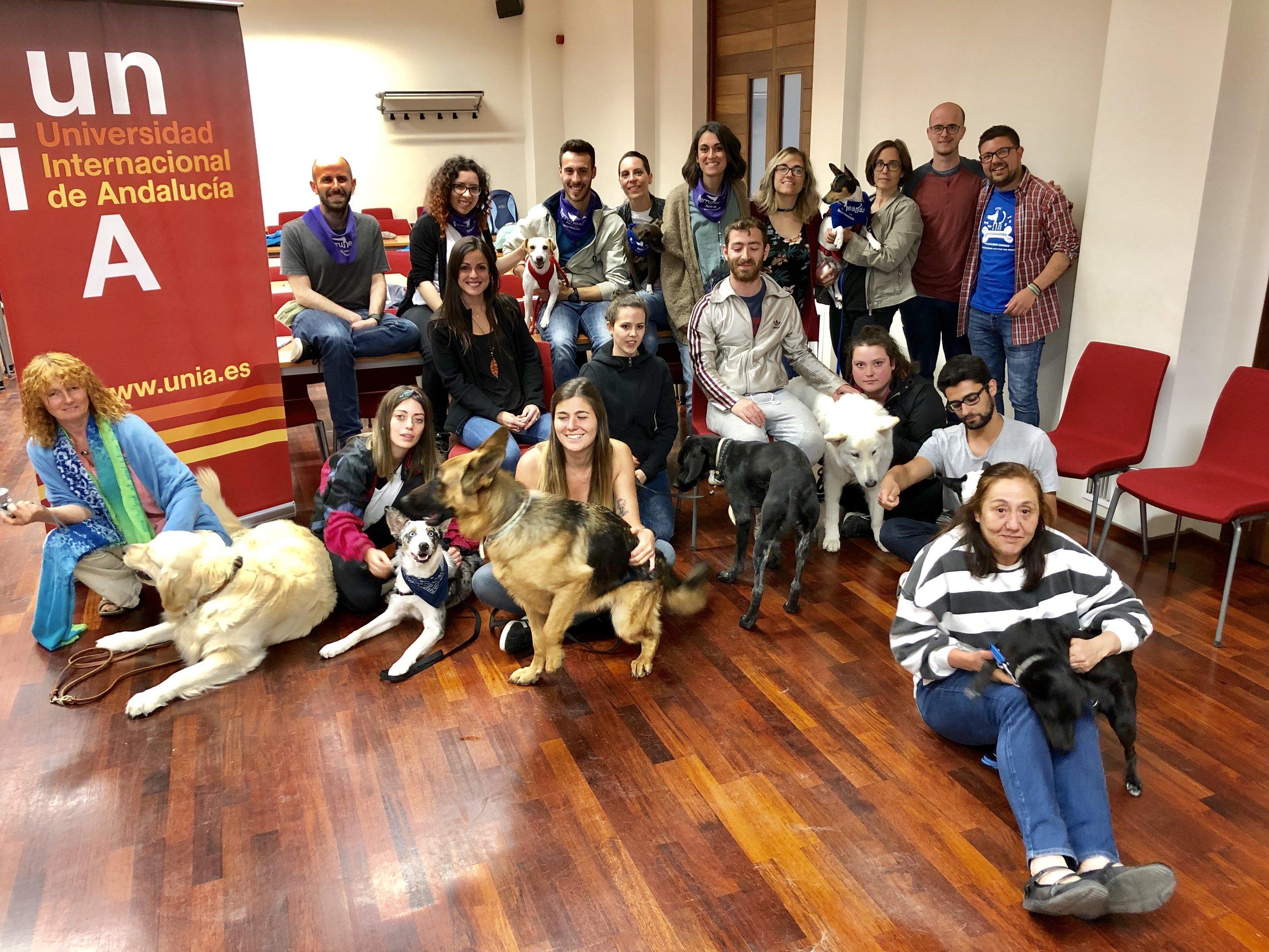 Con los alumnos y profesores del Máster Universitario en Intervención Asistida de Animales, en Baeza.