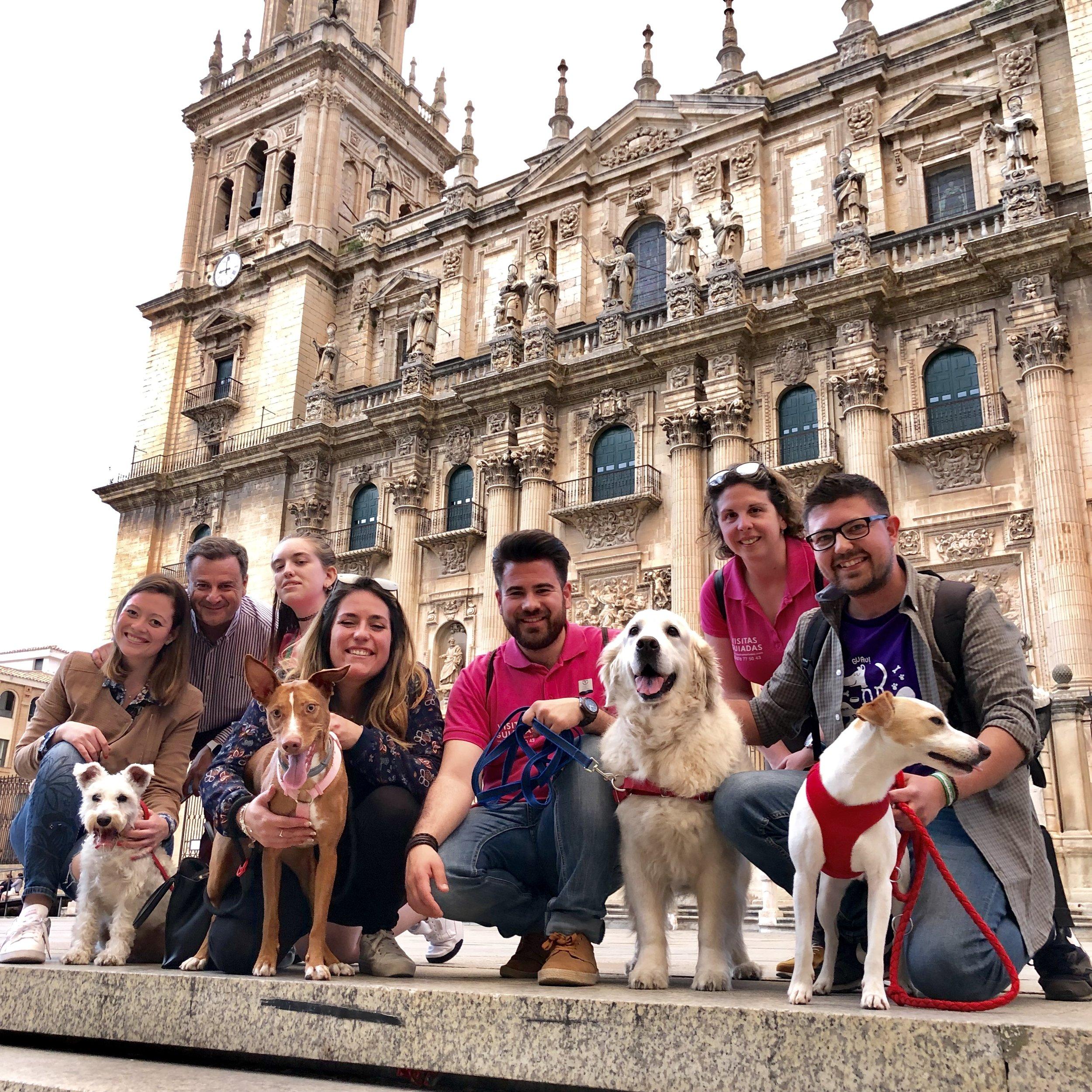 Con Dune, Gala, Cairo y sus humanos de Cláritas Turismo, Perruneando y Canal Sur.
