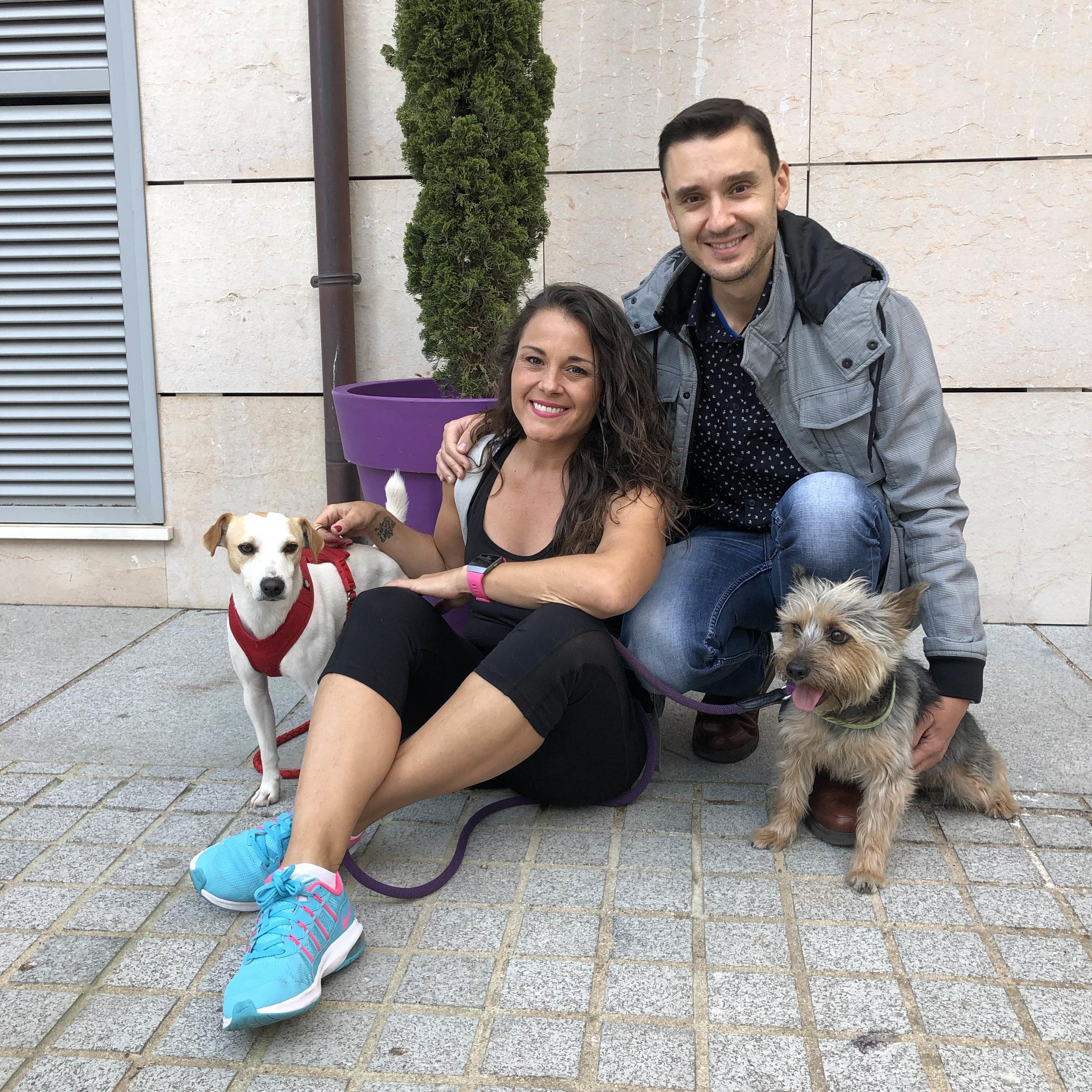 """El perro viajero con Esther, David y """"Coco"""" en Cáceres."""